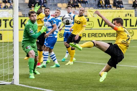 Tom Van Hyfte (r) namens Roda JC in actie tegen PEC Zwolle.
