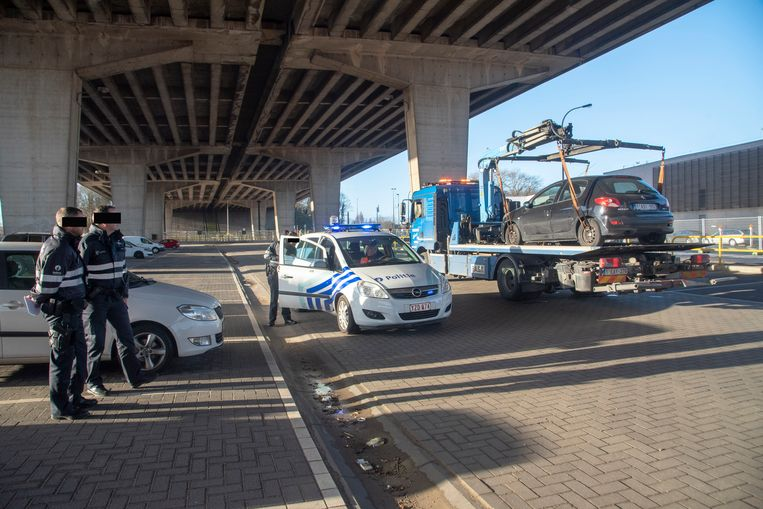 De P&R zone van het Viaduct Gentbrugge werd ontruimd en gesloten nadat er brokken van de brug naar beneden vielen.