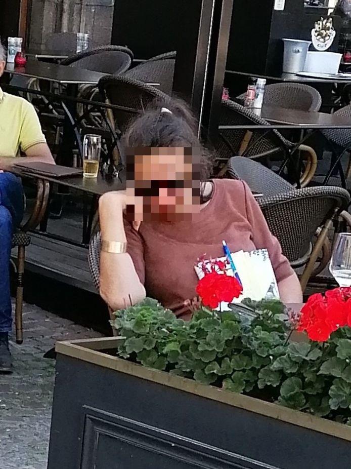 Tafelschuimster Maria L. op een terras in Brugge.