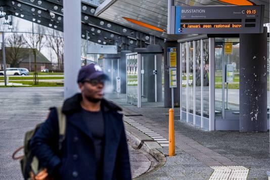 Een reiziger op busstation Heinenoord