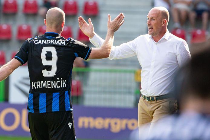 Clement met high five voor Krmencik die nog voor de pauze twee keer scoorde in Waregem.