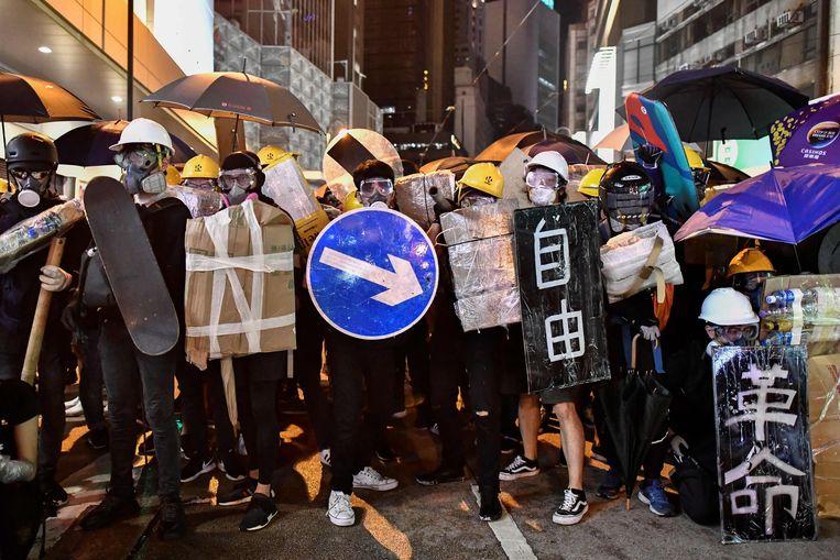 Van zodra de politie opduikt verspreidt de massa demonstranten zich. Slechts een klein groepje blijft achter, gewapend met paraplu's en geïmproviseerde schilden om zich te beschermen tegen politiecamera's, traangas en pepperspray.