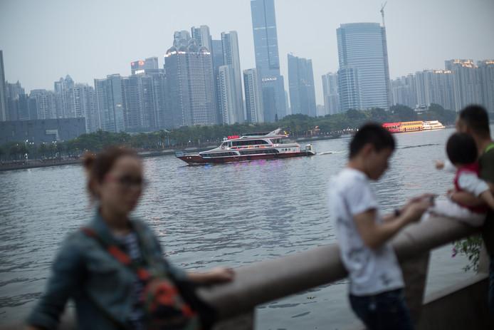 Toeristen bij de Parelrivier in Guangzhou, China.