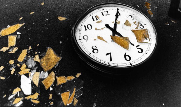 'Het uur lijdt aan aritmie, de minuten bijten de nagels af', schrijft de Albanese dichter Flutura Açka. Beeld null