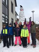 Karlien en Luuk Donders (8 en 9 jaar) uit Arnhem begonnen zaterdagavond samen met hun vader aan een sneeuwpop. Zondag maakten ze hem met zeven kinderen uit de Scheidiuslaan af. De pop is 3,50 meter hoog en Karlien en Luuk denken dat hij de grootste is in Nederland.