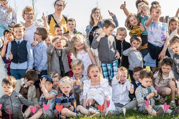 Na de huwelijksplechtigheid in GC De Leege Platse was het tijd voor een groepsfoto.