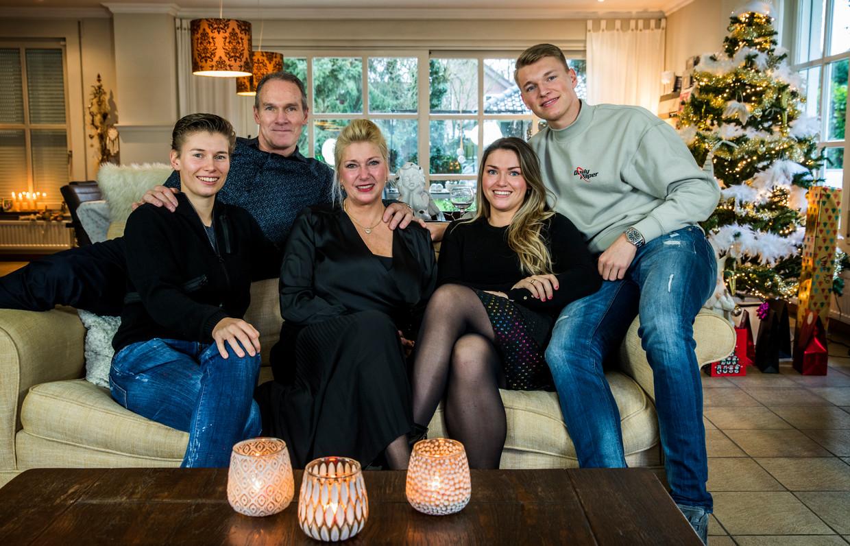 Demi, Lambert, Monique, Fleau en Perr Schuurs (v.l.n.r.). 'De sport heeft ons leven verrijkt,' zegt vader Lambert, ex-handballer en recordinternational. Beeld Harry Heuts
