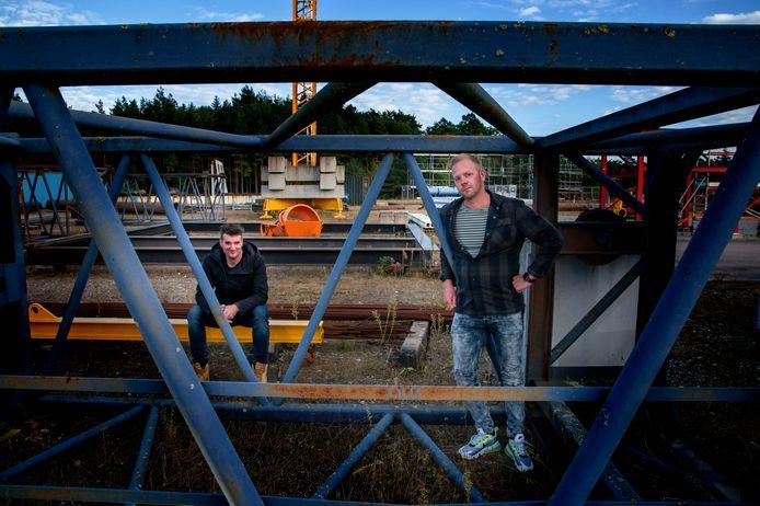 Ruben Rijssenbeek (l) en Robert van den Berg op het Bouw & Infrapark,  vlak naast de A28 bij Harderwijk, waar The Night Train gaat rijden.