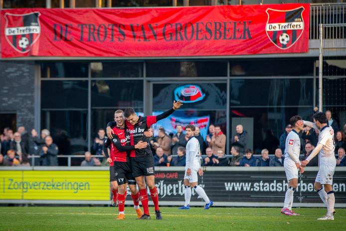 Tjeu Langeveld viert zijn doelpunt tegen Koninklijke HFC met Bo van Essen (19).