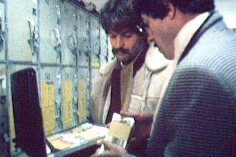 Filmpje uit 1985 waarin een pseudokoop gereconstrueerd wordt. Beeld NTR