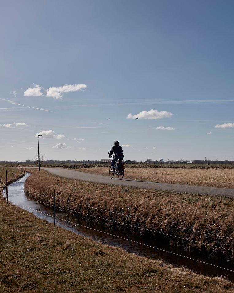 Arno op de fiets met op de achtergrond Castricum. Beeld Erik Smits