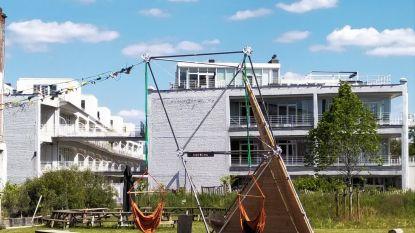 Ondanks sluiting toch nog leven in de Kruitfabriek: nieuwe tuinschommel doet zijn intrede