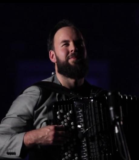 Veghelse accordeonist Tom van Aarle (29) gaat viral met cover van Duncan: 'Ik had een idee en twee uur later stonden we te filmen'