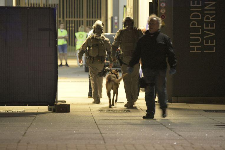 Speciale eenheden van de federale politie betreden het FPC in Antwerpen.