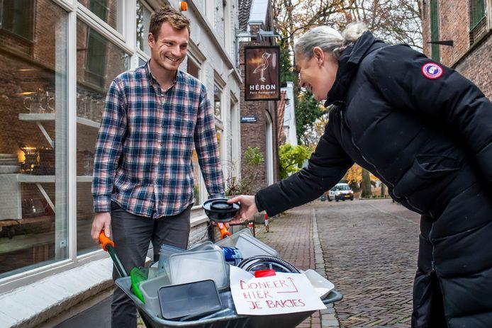 Gastheer Joost Vermeer verzamelt bakjes voor het Kerstdiner voor de voedselbank.
