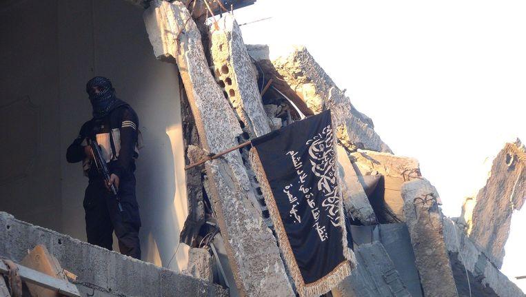 Een strijder van Al Nusra in het Palestijnse vluchtelingenkamp Yarmouk, nabij Damascus. Beeld null
