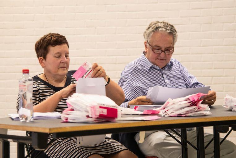 In gemeenschapscentrum Hoogendonck worden de mondmaskers voor de bewoners van Waasmunster ingepakt door vrijwilligers.