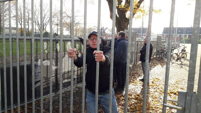 Een woedende fan voor het hek bij het trainingsveld van Willem II.