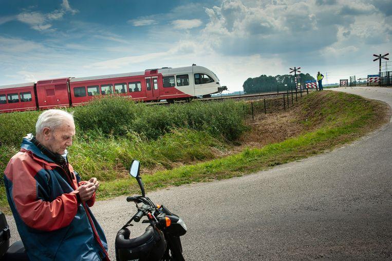 De spoorwegovergang bij Scheemda waar gisteren een man om het leven kwam. Beeld Reyer Boxem