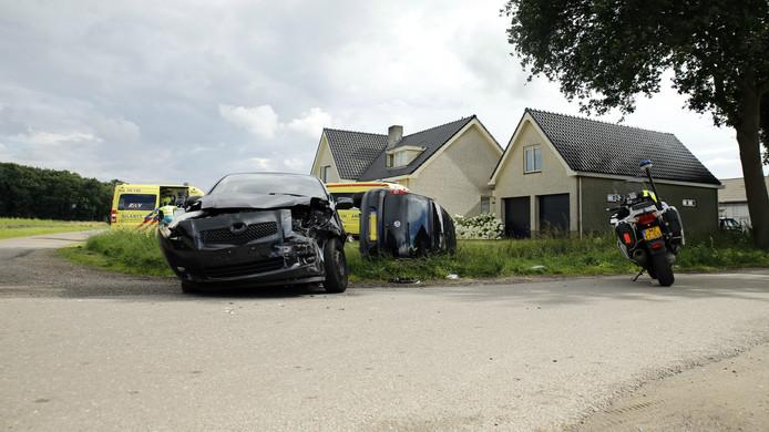 De autos die bij de botsing betrokken waren raakten zwaar beschadigd .