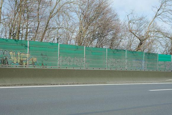 De geluidsschermen op de Brusselse ring in Kraainem en Wezembeek-Oppem worden in de zomer vervangen door nieuwe exemplaren.