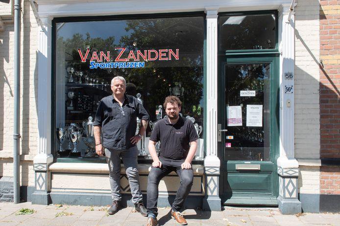 Ronald (l) en Jordi van Zanden voor hun winkel in Oosterhout.