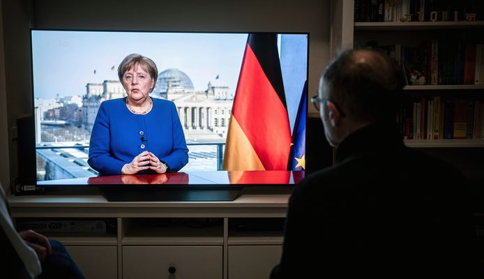 Souvent montrée en exemple en Europe pour la gestion de l'épidémie, l'Allemagne pratique déjà, selon les autorités, entre 300.000 et 500.000 dépistages par semaine, un rythme plus élevé que nombre de ses voisins européens, la France en particulier qui les réserve aux seuls malades à pathologie sévère.
