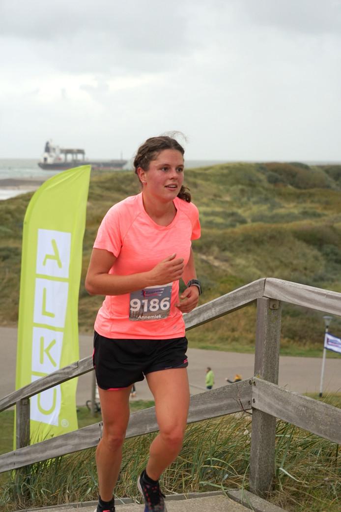 Annemiek van Kooten op weg naar haar tweede opeenvolgende zege in Zoutelande.
