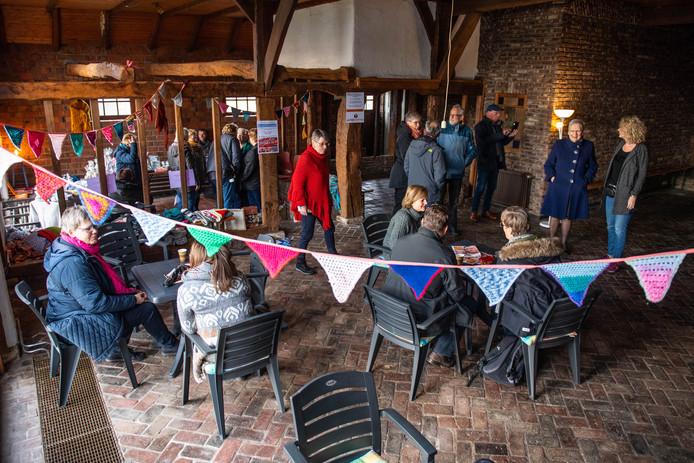 Open huis bij de oude boerderij 't Laerhuys op het Gezondheidspark, het toekomstige onderkomen van de Nije Stichting in Hengelo.