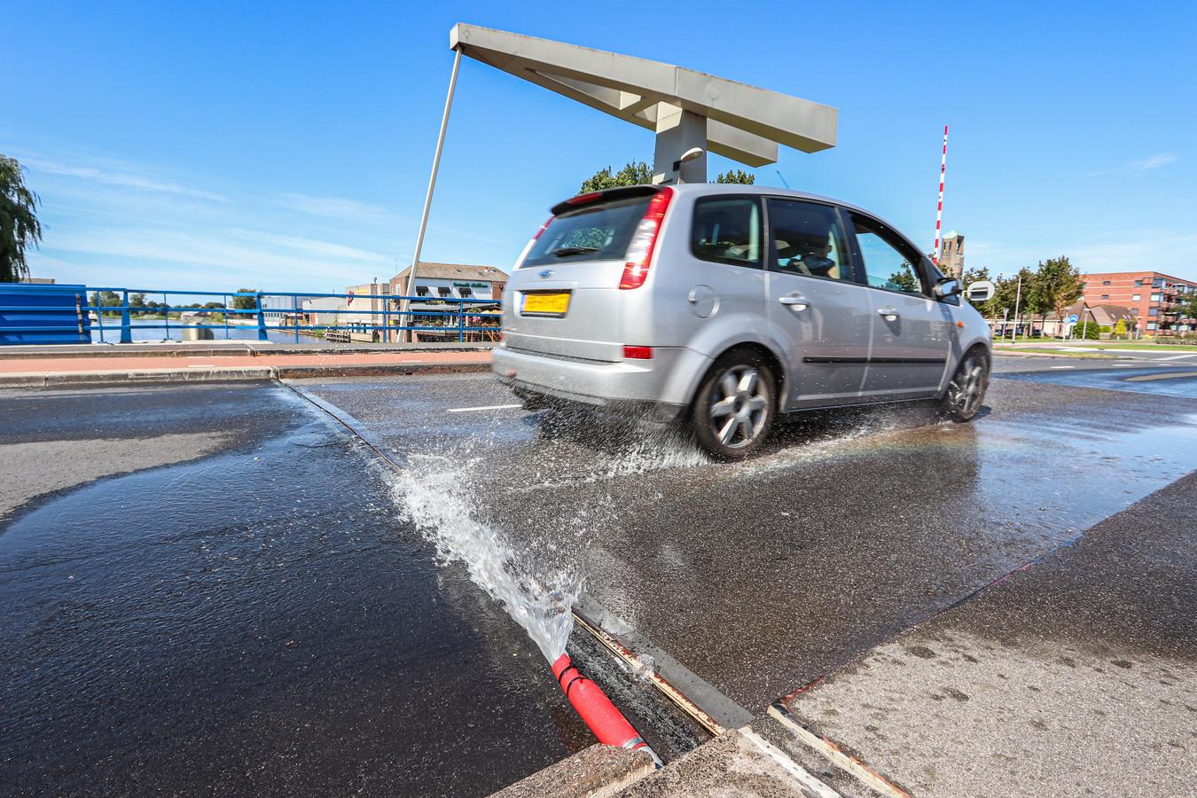 Een brug wordt gekoeld met water, zodat deze ook op de heetste momenten nog steeds omhoog kan.