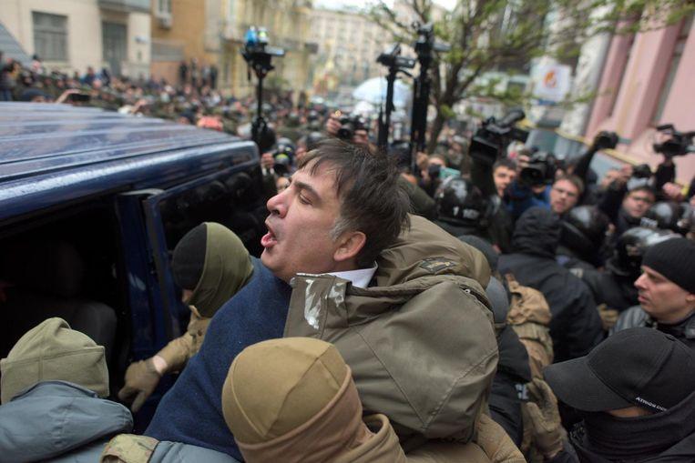 Michaïl Saakasjvili wordt afgevoerd door de Oekraïense veiligheidsdienst Beeld ap