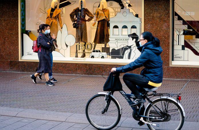 Winkelend publiek met een mondkapje in het centrum van Den Haag.