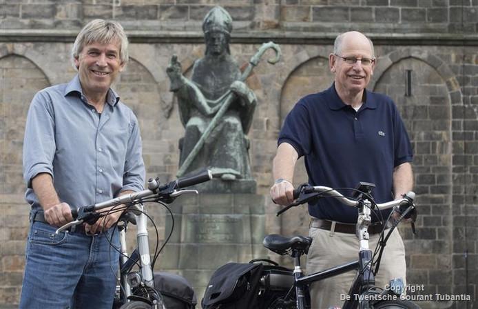 Eddy Loohuis (links) en Johan Olde Keizer ontwikkelden samen een fietsroute langs de vijf Plechelmuskerken in Noordoost-Twente.