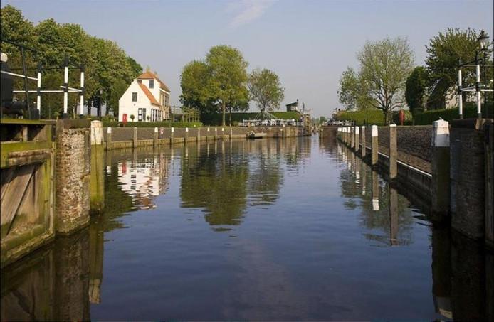 De beleving vanaf het water, zoals op deze foto bij Benedensas, speelt in de gebiedsontwikkeling Waterpoort een voorname rol. foto's gemeente Steenbergen