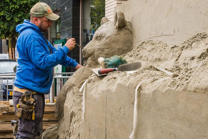 Baldrick Buckle aan het werk op de Weeshuislaan in Zeist. De totale hoogte van zijn zandsculptuur wordt drie meter.