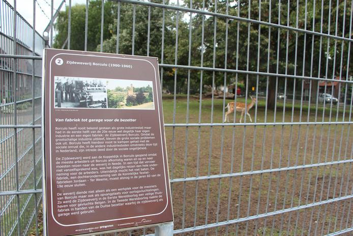 Het hertenkampje aan het begin van de Koppeldijk, met daarbij het bord over de geschiedenis van de plek.