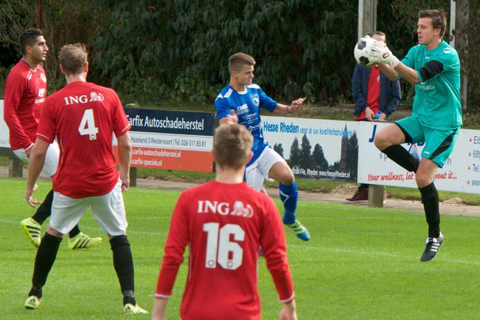 Doelman Timo Verijzer van SC Rheden vangt de bal voordat een OBW-speler gevaarlijk kan worden.