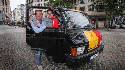 Vader en zoon stunten met WK-bestelwagen