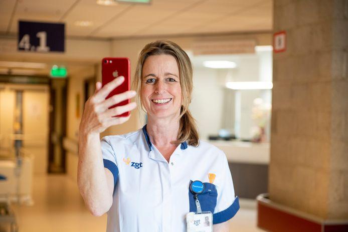 Verpleegkundige Ellen Mulder vlogde voor Frontberichten, waarmee ze familie van patiënten tot steun bleek.