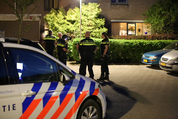 De recherche doet onderzoek bij de overvallen woning in Zoetermeer.
