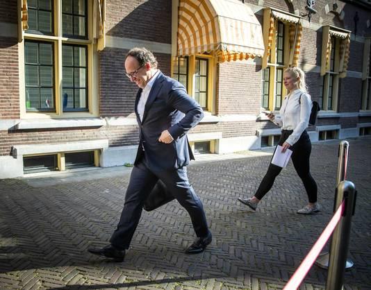 Wouter Koolmees, minister van Sociale Zaken en Werkgelegenheid, bij aankomst op het Binnenhof voor de wekelijkse ministerraad. Vanmiddag presenteert hij een nieuw steunpakket aan bedrijven.