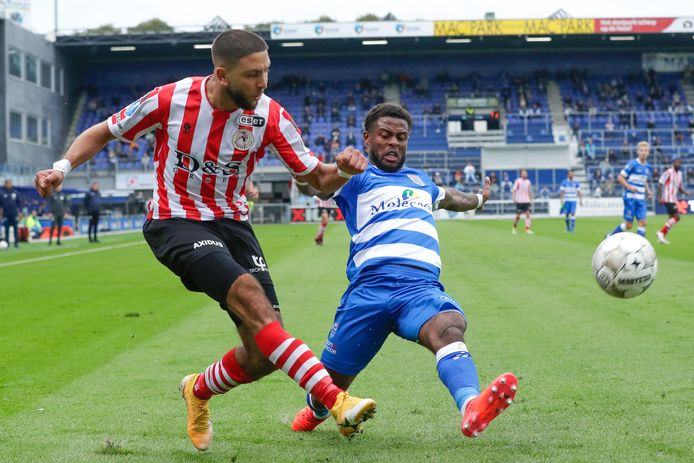 Mohamed Rayhi (l) in duel met PEC Zwolle-speler Kenneth Paal.