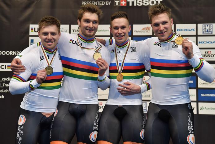 De Nederlandse sprinttreinen die op de laatste WK's goud pakten. Boven, 2018, vlnr: Van 't Hoenderdaal, Büchli, Lavreysen, Hoogland.