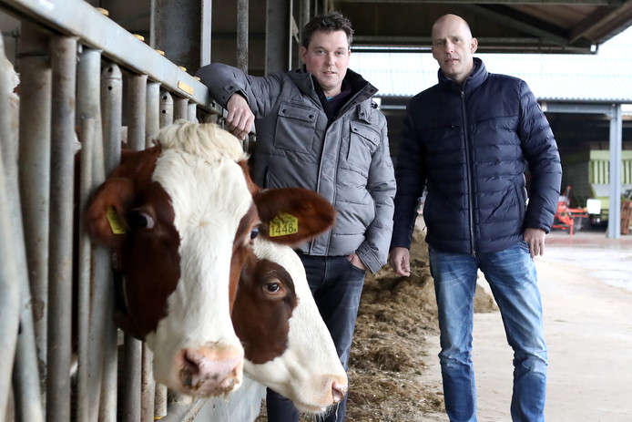 LTO Lochem is geen voorstander van het gebruik van landbouwgrond voor zonneparken. Op de foto links Robbert Haijtink en rechts Egbert Wegstapel, bestuurders van  de Lochemse afdeling van LTO.