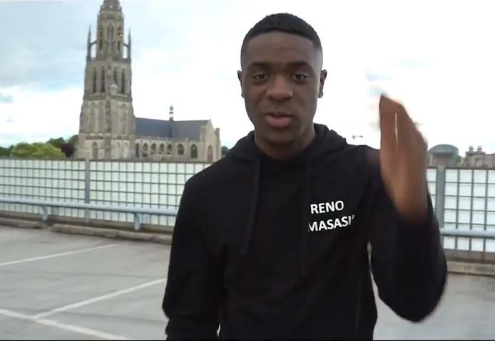 Reno Masasi in de clip van zijn rapdebuut.