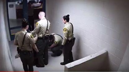 Gevangene sterft naakt op de vloer terwijl bewaking lachend toekijkt