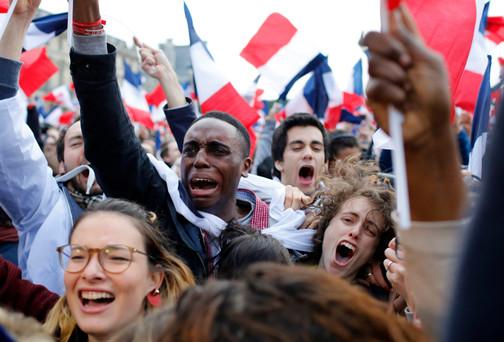 Foto van Aanhangers vieren overwinning Macron