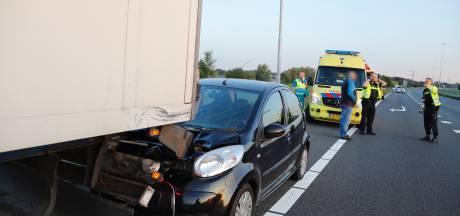 Auto klapt achterop vrachtwagen op A73