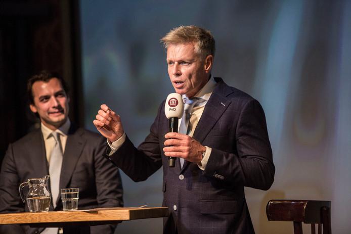 Fractievoorzitter Rob Roos van FVD in de provincie Zuid-Holland, met op de achtergrond Thierry Baudet, tijdens een campagneavond voor de Provinciale Statenverkiezingen  (archief)