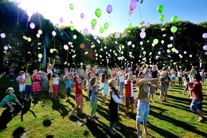 Bij de viering op het 30-jarig bestaan van Den Akker lieten kinderen ballonnen op.